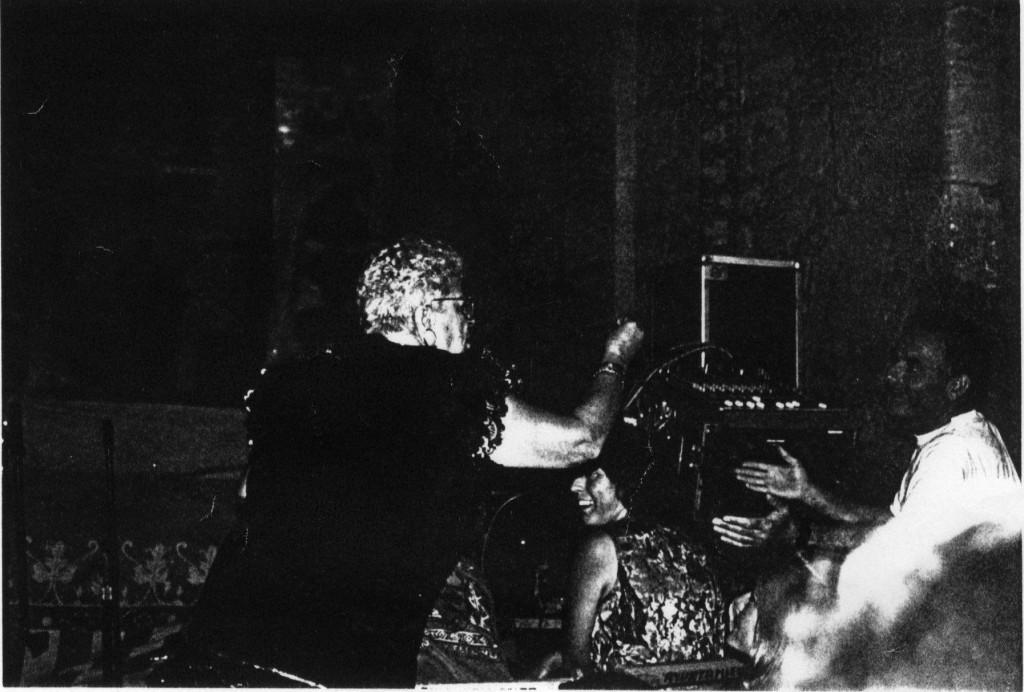 """La irrepetible Juanita recriminant al """"Socarrat"""" els problemes de sò del XXXI Festival de Sella. Any 1993"""