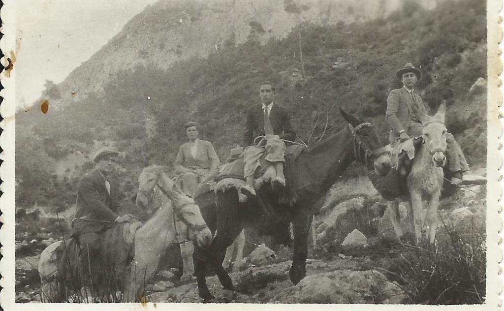 Mora, el primer per l'esquerra, en una foto de 1930