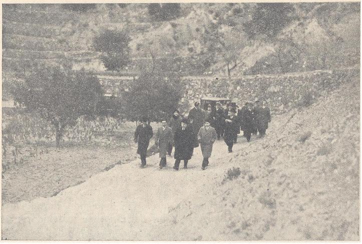 Comitiva ministerial (a peu per a la foto?) camí de l'Alcàntera, a l'altura de la caseta de Paco Agulló