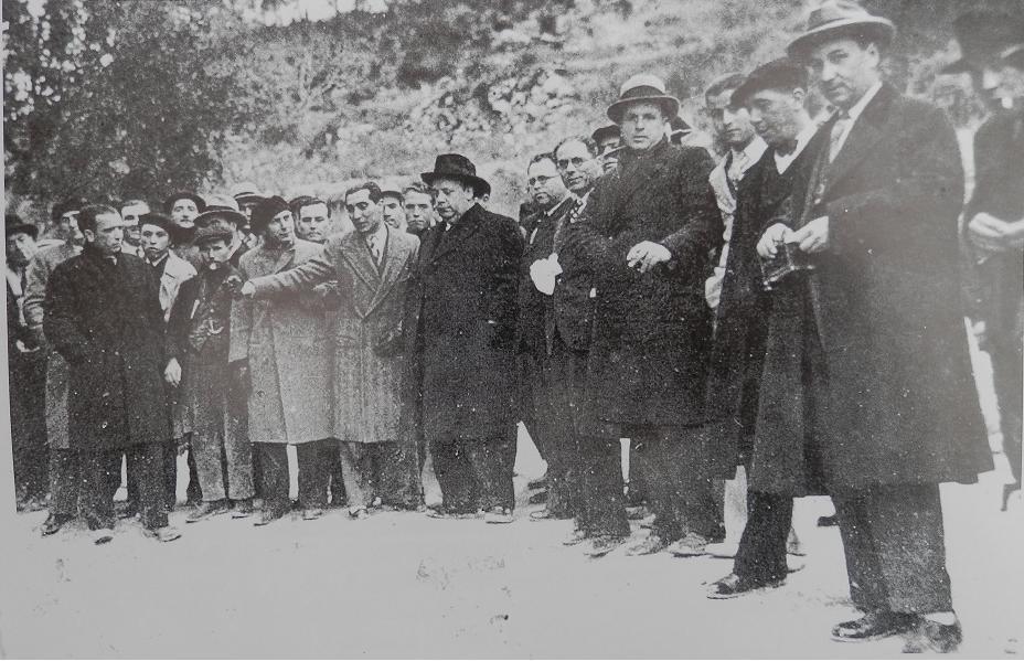 La comitiva en la Font de l'Arc. Cal fixar-se en el fang adherit al calçat dels assistents