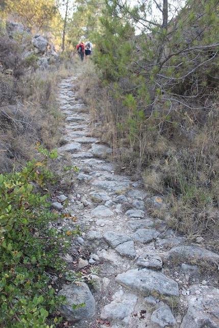 Un dels sectors empedrats del camí, prop de la  Serra de la Costa. Estiu de 2013.