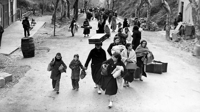 Un grup de mares amb els seus fills cap a l'exili. Font ABC