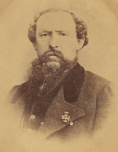 El senyor Toni, amb la distinció en la solapa esquerra. Ara sabem que la fotografia es va pendre entre 1869 i 1873, any de la seua mort. Cortesia de la familia Sirvent.
