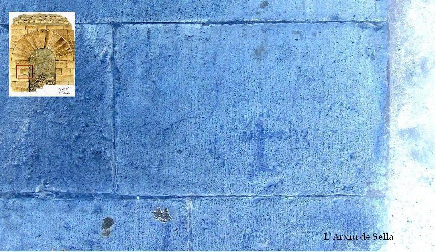 Detall en negatiu de la creu gravada en el carreu assenyalat al dibuix. A l'altre costat hi ha un altra pareguda.
