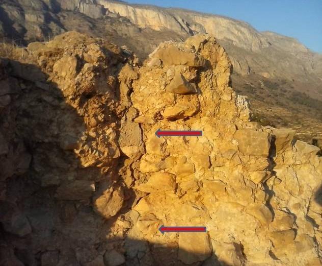 Figura 2. Mur interior on es pot veure l'escletxa i el ciment