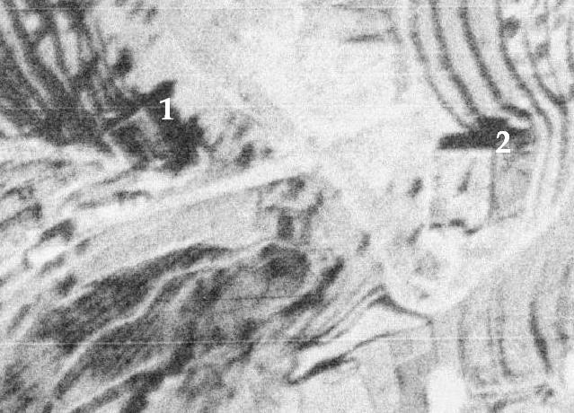 Detall aeri dels cementeris vell (nº 1) i nou (nº 2), en 1945-46. Encara conservaba la tàpia superior, que donava al carrer Sant Jaume. Font: CNIG-IGN