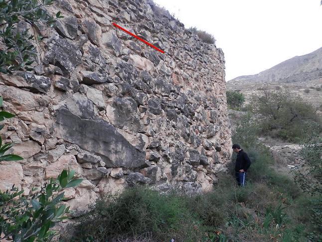 Detall del mur inferior amb e nivell de recreixement de la tapia