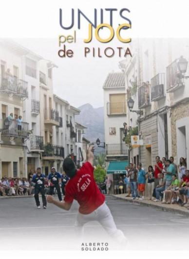 En la portada del llibre, Jordi de Sella restant-li a l'equip francès. Fotografia d'APO