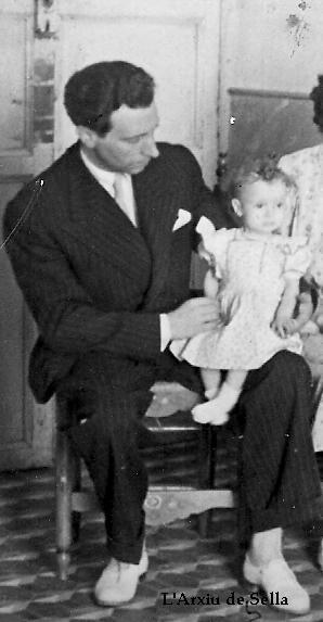 Juan Calatayud, amb una de les seues filles, al Palau de la baronia (L'Arxiu de Sella)