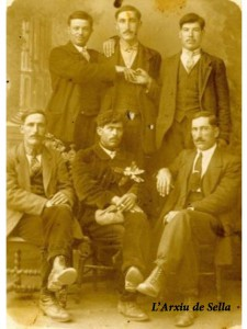 Tres dels germans Garcia (tots amb bigot), junt a companys emigrants en Redon (França).