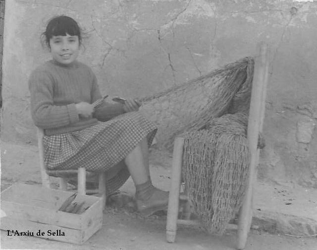 Xiqueta de Sella fent xarcia al carrer. 4 de març de 1959 (col·lecció particular).