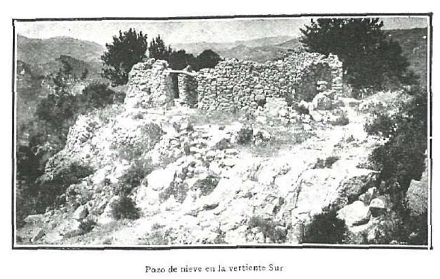 El pou de neu de La Torreta, quasi abandonat a finals del segle XIX, a causa de l'arribada de les fàbriques de gel i, tal vegada, de la disminució de les nevades. (Fotografia de Leopoldo Soler y Pérez, publicada en La Esfera en 1921)