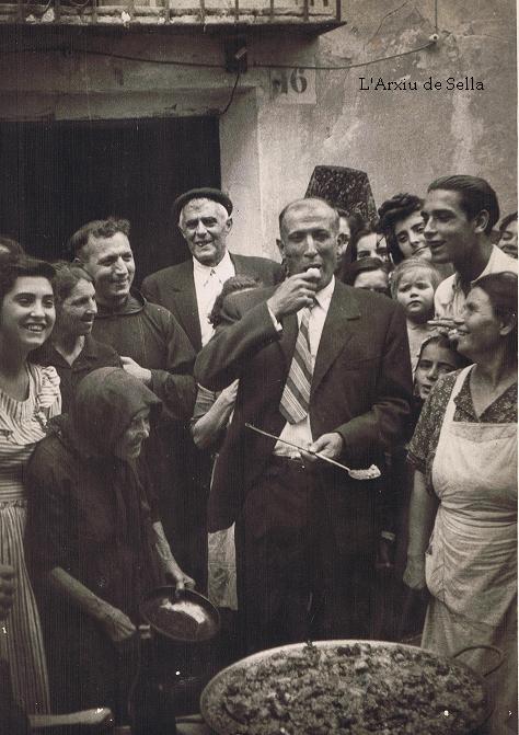 2d'octubre de 1949, l'alcalde Pere Seva tastant la paella davant l'atenta mirada de Bàrbara Centella...