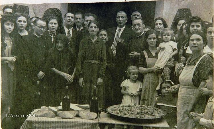 Autoritats, majorals i acollits de l'Hospital en les Festes de 1949. L'alcalde era Pere Seva i la cuinera la tia Bàrbara Centella.