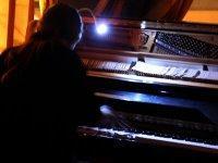 Miquel al piano